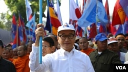 Opposition leader Sam Rainsy leads supporters to submit petitions to Western embassies urging them not to recognize the government and calling for an independent investigation into alleged election irregularities, Phnom Penh, Oct 24, 2013. (Heng Reaksmey