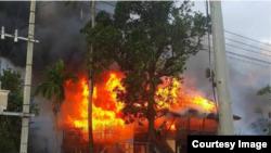 ေမာင္ေတာၿမိဳ႕အတြင္းအၾကမ္းဖက္မႈေၾကာင့္ မီးေလာင္မႈျဖစ္ပြားေနစဥ္ (Myanmar State Counsellor Office)