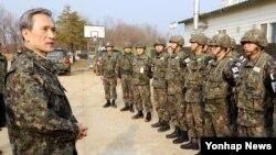 31일 서부전선 최전방 OP를 방문해 현장 지휘관과 장병에게 북한 도발에 대비해 즉각적이고 강력한 응징태세를 갖추라고 지시하는 김관진 한국 국방장관