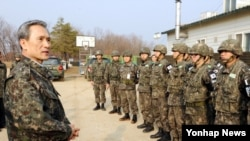 지난달 31일 서부전선 최전방을 방문해 북한 도발에 대비해 즉각적이고 강력한 응징 태세를 갖추라고 지시하는 김관진 한국 국방장관. (자료사진)