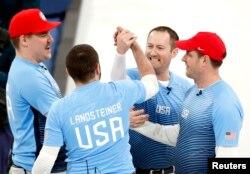 22일 강릉컬링센터에서 열린 평창동계올림픽 남자 컬링 준결승 경기에서 캐나다에 5대3으로 승리한 미국팀이 기뻐하고 있다.