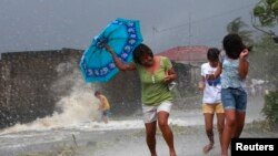 Des habitants fuyant sous les vents du supertyphon Haiyan, vendredi 8 novembre, 2013.