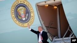 Дональд Трамп сходит с борта президентского самолета в Международном аэропорту Майами. 16 апреля 2018 года