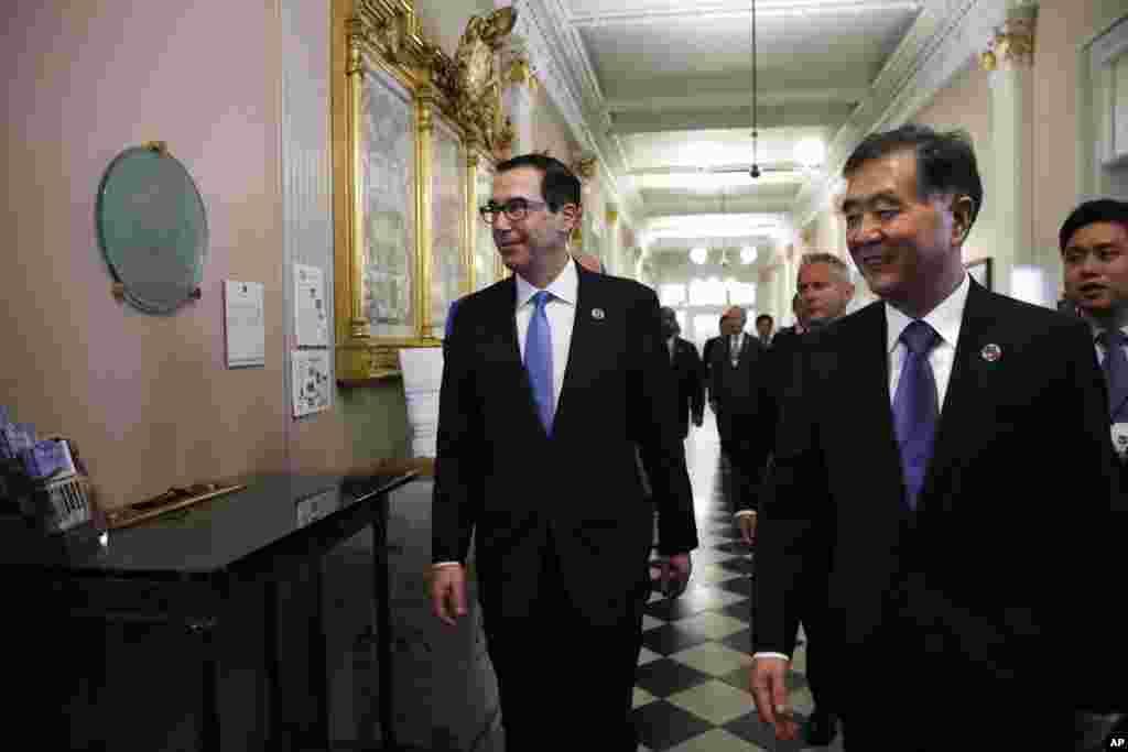 """美国财政部长努钦和中国副总理汪洋抵达美国财政部,参加首次美中全面经济对话(2017年7月19日)。对话揭幕时,双方官员在致辞中传递出并非融洽乐观的信息。随后双方相继宣布取消原定的记者会,令此次对话蒙上阴影。对话低调落幕。""""川习会""""启动的""""百日计划""""看起来并没有缓解两国经贸关系中的顽疾。一度缓和的美中经贸紧张局面又现危机。但是汪洋被认为大有希望成为中共十九大政治局常委。"""
