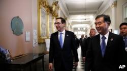 """美国财政部长姆努钦和中国副总理汪洋抵达美国财政部""""美中全面经济对话""""的会场。(2017年7月19日)"""