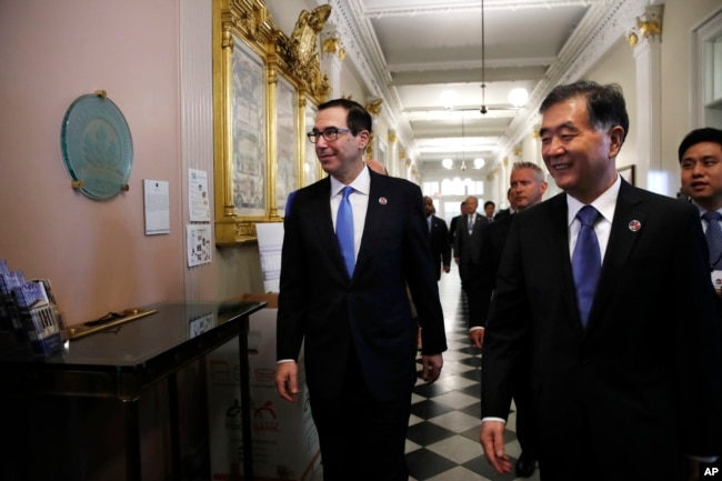 """2017年7月19日,美國財政部長努欽和中國副總理汪洋抵達美國財政部""""美中全面經濟對話""""的會場。"""