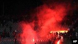 Egípcios responsabilizam polícia por mortes em campo de futebol