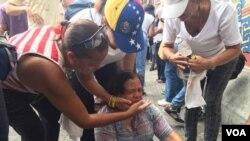 Personas de la tercera edad son atendidas durante la marcha, luego que policía antimotines usara gas pimienta.