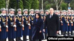 İlham Əliyev və Salome Zurabişvili fəxri qarovul dəstəsinin qarşısından keçir