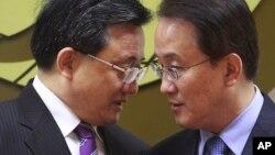 中国外交部副部长刘振民(左)在首尔和韩国副外长交谈(2014年2月21日)