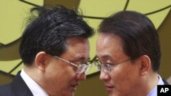 Menteri Luar Negeri China Liu Zhenmin, kiri bersama Menteri Luar Negeri Korea Selatan Lee Kyung-soo.