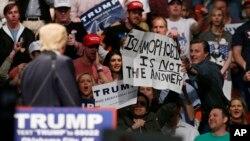 """توجه دونالد ترامپ در گردهمایی انتخاباتی خود در اوکلاهما به پلاکاردی که بر روی آن نوشته """"اسلام هراسی پاسخ (مشکلات) نیست."""""""