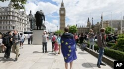 Seorang demonstran yang memakai bendera UE ambil bagian dalam protes yang menolak keluarnya Inggris dari Uni Eropa di Alun-alun Parlemen, London (25/6). (AP/Tim Ireland)