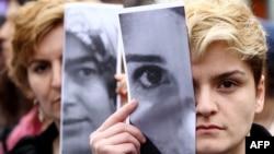 تجمع گروهی از زنان ترکیه و کسانی که مورد آزار جنسی قرار گرفته اند، در اعتراض به تجاوز و قتل یک دانشجو در آنکارا - ژوئن ۲۰۱۵
