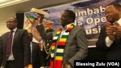 UMongameli Emmerson Mnangagwa, uMnu. Mthuli Ncube loMnu. Frederick Shava ngesikhathi bekhuluma labadabuka eZimbabwe abahlala kwele Melika.