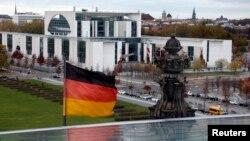 Bendera Jerman berkibar di depan kantor Kanselir di Berlin. (Foto: Dok)