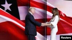 Ni Melania Trump ni su esposo Donald aceptaron la renuncia de la responsable de las frases plagiadas en el discurso de Melania.