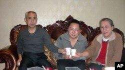 内蒙古异议人士哈达(左)和妻子新娜与儿子维勒斯在一起
