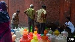 Warga antre dekat wadah-wadah plastik yang berisi air minum di tempat pendistribusian air di Chennai, 19 Juni 2019. Debit air di empat bendungan di Chennai sudah turun ke salah satu titik terendah dalam 70 tahun.