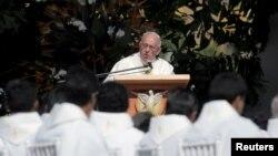 9일 볼리비아 산타 크루즈에서 프란치스코 로마 가톨릭 교황이 연설하고 있다.