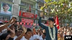 Vodja burmanske opozicije Aung San Su Ći maše pristalicama na ceremoniji otvaranja kancelarije ogranka Nacionalne lige za demokratiju u Rangunu, 17. januara 2012.