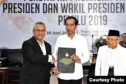Penyerahan penetapan keputusan Presiden dan Wapres terplih Pilpres 2019 oleh Ketua KPU Arief Budiman kepada Joko Widodo dan Ma'ruf Amin di kantor KPU, Jakarta, Minggu (30/6). (Foto: Biro Pers Sekretariat Presiden).