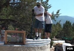 Pasangan suami-istri Sterling dan Cheri Allan bekerja sama untuk membangun rumah mereka yang ramah lingkungan.