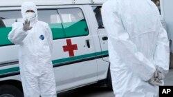 지난해 10월 북한이 평양 순안 공항에서 에볼라 바이러스 검역을 강화한 가운데, 위생복을 입은 의무 요원들이 공항 주변에 대기하고 있다. (자료사진)