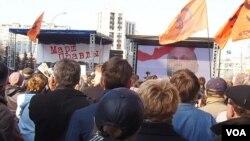 """4月13日数千俄罗斯民众在莫斯科举行""""真相大游行""""的集会,抗议普京的乌克兰政策和俄罗斯媒体对乌克兰的不实报道(美国之音白桦拍摄)"""