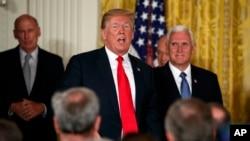 川普總統在白宮召開的國家太空委員會會議期間講話。 (2018年6月18日)