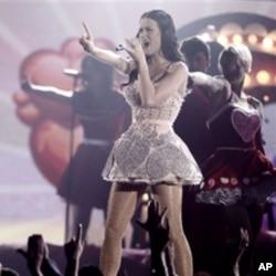 凯蒂.佩里在格莱美颁奖仪式上劲歌劲舞