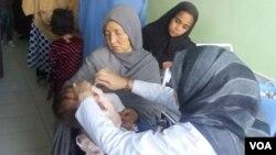 آرشیف: جریان تطبیق واکسین پولیو به یک کودک توسط واکسیناتور زن در کابل