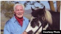 На ранчо в Каліфорнії Паланс дозволяв теляті й курці жити в його будинку, а ще часто підбирав поранених зайців, щоби їх виходити.