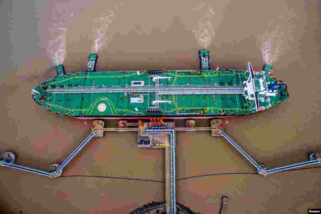一艘油轮于2018年7月4日在中国浙江省舟山市的原油码头卸载原油。