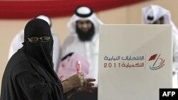 Một phụ nữ đi bầu tại một phòng phiếu ở thị trấn Hamad, Bahrain, ngày 24 tháng 9, 2011.
