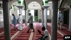 Respect des mesures de distanciation physique dans une mosquée de Dakar, le 12 mai 2020.