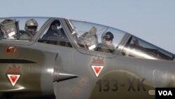Los pilotos del cazabombardero francés Mirage 2000, tras regresar a la base de Solenzara, en la isla de Córcega tras participar de una misión en Libia.