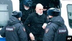 Homem é levado pela polícia por participar em reunião da oposição em Moscovo, 13 Março 2021