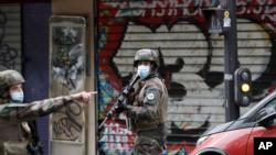 """Ushtarë francezë patrullojnë pas sulmit me thikë pranë ish-zyrave të gazetës satirike """"Charlie Hebdo"""", Paris, 25 shtator 2020"""