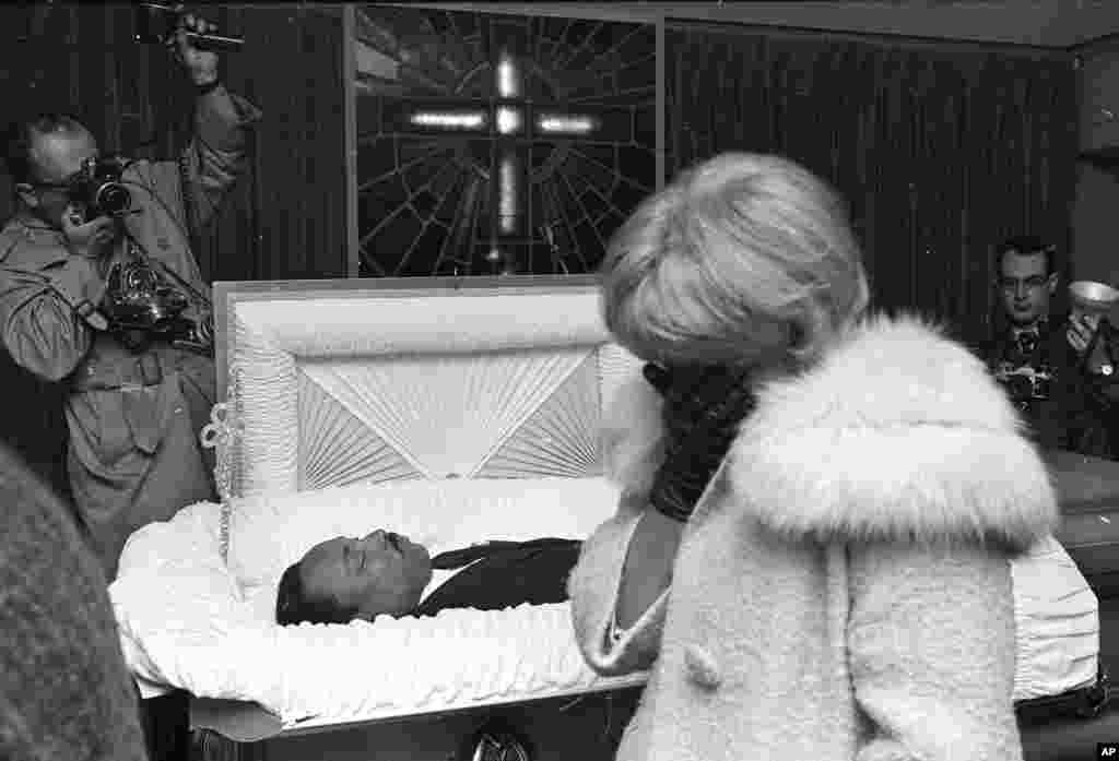Dans un funérarium à Memphis, Tennessee, des centaines de personnes défilent devant le corps du défenseur des droits civiques Martin Luther King, le 5 avril 1968.