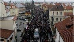 پیکر رییس جمهوری پیشین چک به قصر پراگ برده شد