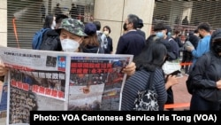 """手持香港《蘋果日報》的香港市民梁先生在西九法院大樓外排隊,他形容防疫限聚令使香港成為一個大監獄,3月1日逾千人排隊聲援47名被控國安法的民主派人士有如""""放監"""" (攝影:美國之音湯惠芸)"""