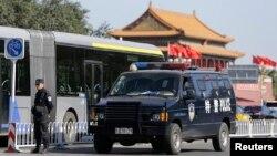 Pekinda Tiananmen maydoniga kirishda, Xitoy, 29-oktabr, 2013-yil