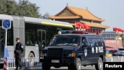 Tiananmen Meydanının girişinde önlem alan Çin güvenlik güçleri