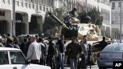 Xe tăng của quân đội Ai Cập gần Dinh Tổng thống ở thủ đô Cairo.