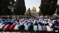 Warga Palestina melakukan sholat di komplek masjid al-Aqsa di kota tua Yerusalem (foto: dok). Keprihatinan memuncak di Timur Tengah terhadap rencana Presiden Donald Trump untuk mengakui Yerusalem sebagai ibu kota Israel.