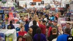 Clientes de la cadena de tiendas Walmart inundaron sus tiendas en todo el país en busca de ofertas.
