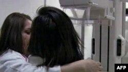 Một bệnh nhân bị ung thư vú đang được theo khám, chụp hình