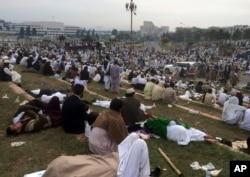 Những người ủng hộ đảng Tehreek trong cuộc biểu tình bên ngoài tòa nhà quốc hội ở Islamabad, Pakistan, thứ Hai ngay 28/3/2016.