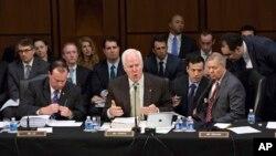 Los senadores republicanos John Cornyn (centro), Michael S. Lee (izq.) y Lindsey Graham (der.) en los debates del Comité Judicial.